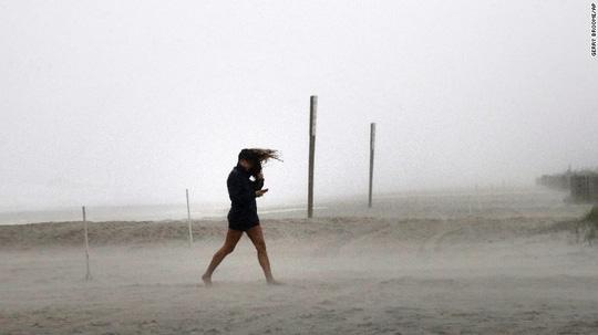 Gió mạnh ập vào bờ biển bang Bắc Carolina. Ảnh: AP