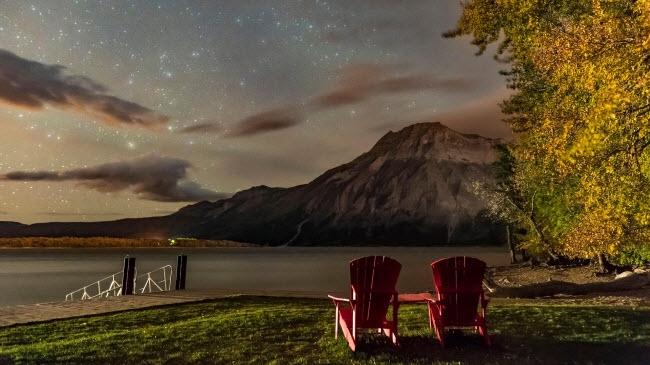 Thời tiết mùa thu khiến bầutrời đêm trở nên quang đãng hơn trong vường quốc gia Hồ Waterton ở Alberta, Canada.