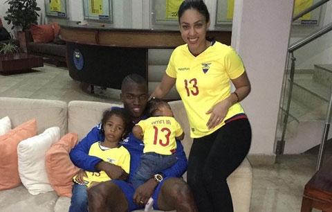 Valencia và gia đình hiện tại đang hạnh phúc tại Anh