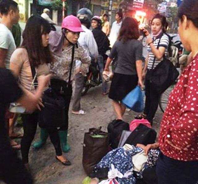 Nhiều hành khách hoảng loạn sau khi xe bị lật nghiêng (ảnh: Xuân Tình)