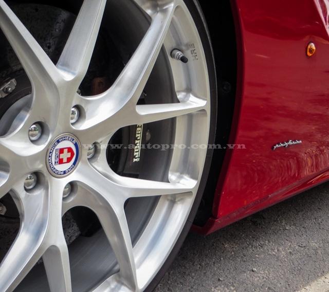 Bộ mâm HRE với kích thước 21 inch cho bánh trước và 22 inch bánh sau cũng là trang bị đắt giá cho bản độ độc nhất vô nhị Ferrari F12 Berlinetta này. Đi kèm la-zăng độ là bộ lốp hiệu suất cao của Continental.