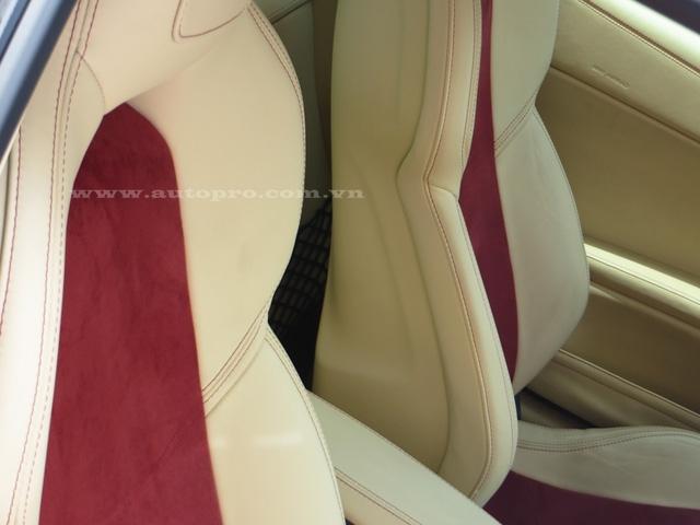 Giữa sống lưng của ghế ngồi là màu đỏ nhạt khá nổi bật.