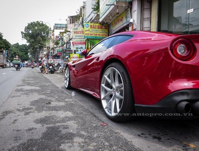 Ferrari F12 Berlinetta đầu tiên xuất hiện tại Việt Nam có ngoại thất đỏ rực và đây cũng là màu sắc chủ đạo khi có đến 5 chiếc sở hữu bộ áo này. Chiếc còn lại mang ngoại thất trắng muốt hiện đang cư trú trong garage của Phan Thành.