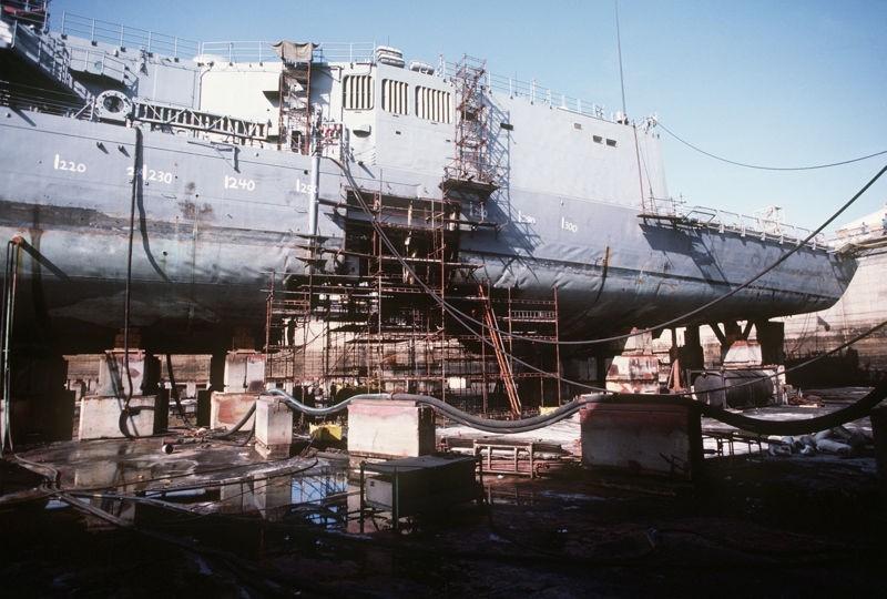 Khinh hạm USS Samuel B. Roberts sửa chữa tạm thời ở Dubai, UAE sau khi va trúng thủy lôi của Iran. Ảnh: Hải quân Mỹ
