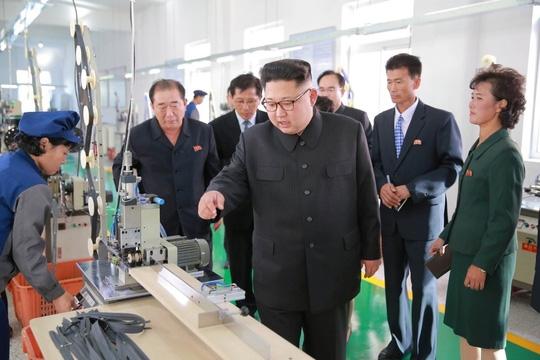 Ông Kim trong chuyến thăm nhà máy Mangyongdae ở thủ đô Bình Nhưỡng ngày 7-10. Ảnh: REUTERS