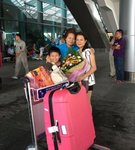 Chị Nhung, chị Phượng và con trai của chị Phượng tại sân bay Nội Bài.