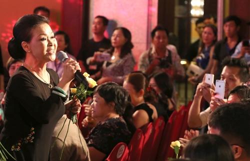 Khánh Ly hát tại TP HCM trong đêm nhạc thiện nguyện Vòng tay nhân ái quy tụ nhiều ca sĩ
