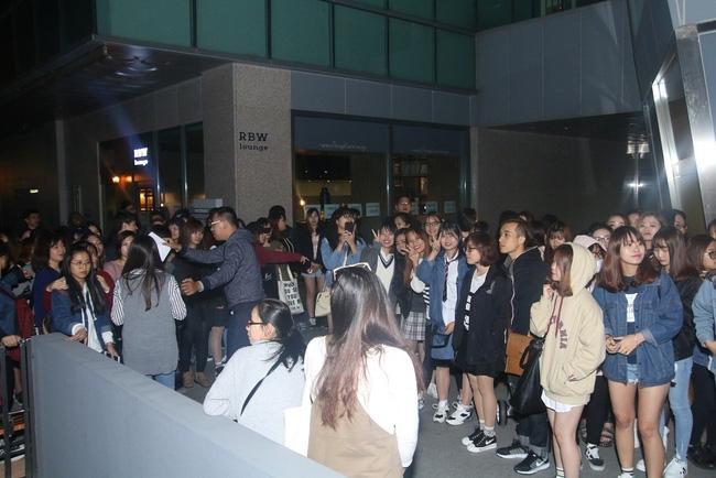 Là ca sĩ Việt đầu tiên tổ chức họp fan ở Hàn, Noo Phước Thịnh vẫn được hàng trăm khán giả vây kín ủng hộ - Ảnh 1.