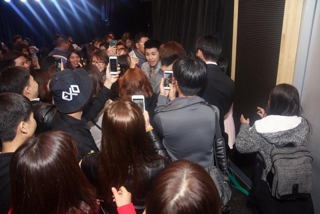 Là ca sĩ Việt đầu tiên tổ chức họp fan ở Hàn, Noo Phước Thịnh vẫn được hàng trăm khán giả vây kín ủng hộ - Ảnh 13.