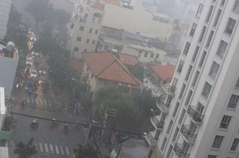 Người Sài Gòn đón cơn mưa như trút nước ở trung tâm - ảnh 4