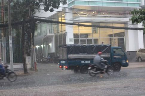 Người Sài Gòn đón cơn mưa như trút nước ở trung tâm - ảnh 5
