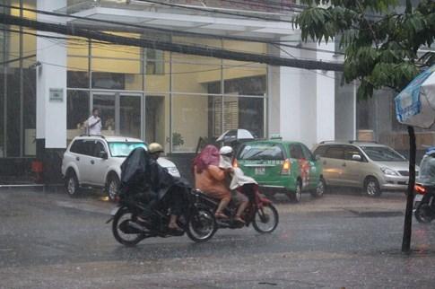 Người Sài Gòn đón cơn mưa như trút nước ở trung tâm - ảnh 6