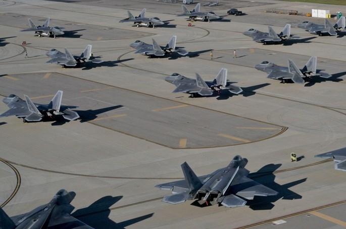 Xem 32 chiếc F-22 chạy bão Matthew dồn về 1 sân bay - ảnh 2