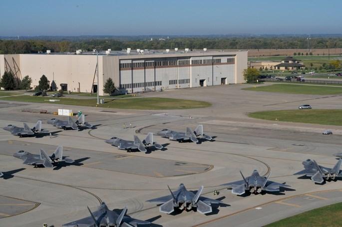 Xem 32 chiếc F-22 chạy bão Matthew dồn về 1 sân bay - ảnh 3