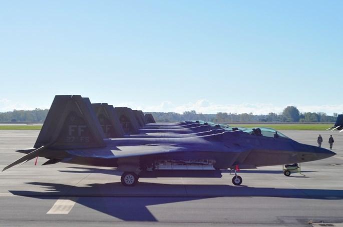 Xem 32 chiếc F-22 chạy bão Matthew dồn về 1 sân bay - ảnh 4