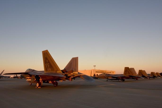 Xem 32 chiếc F-22 chạy bão Matthew dồn về 1 sân bay - ảnh 5