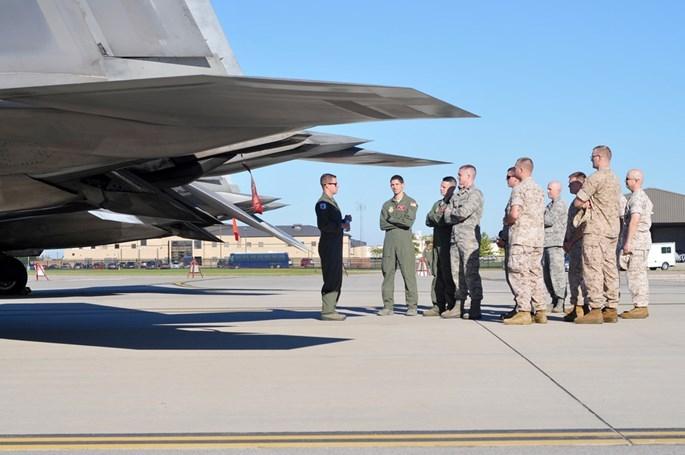 Xem 32 chiếc F-22 chạy bão Matthew dồn về 1 sân bay - ảnh 6