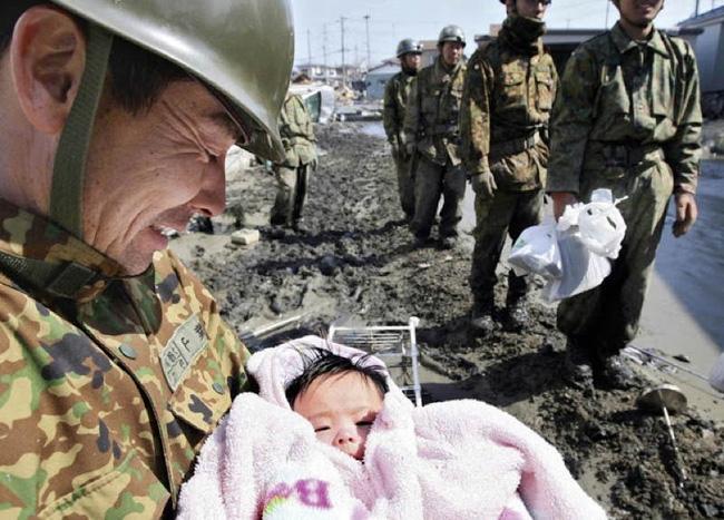Câu chuyện của cô bé diệu kỳ trong bức hình kinh điển về thảm họa động đất sóng thần Nhật Bản - Ảnh 2.