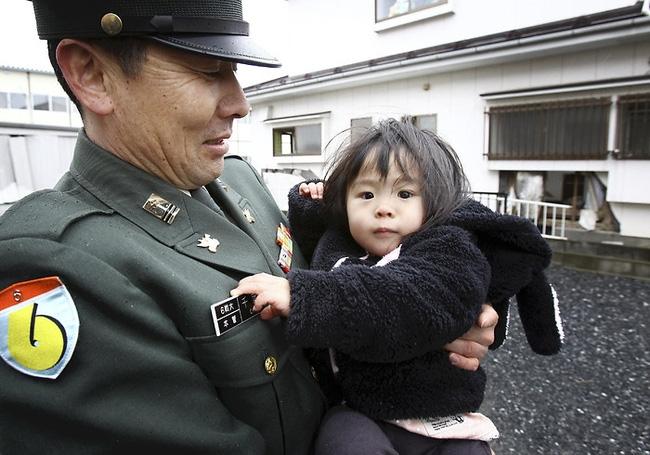 Câu chuyện của cô bé diệu kỳ trong bức hình kinh điển về thảm họa động đất sóng thần Nhật Bản - Ảnh 4.