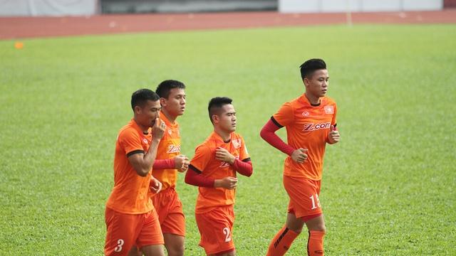 Quế Ngọc Hải (bìa phải) vẫn sẽ cùng đội tuyển Việt Nam sang Hàn Quốc tập huấn (ảnh: Trọng Vũ)