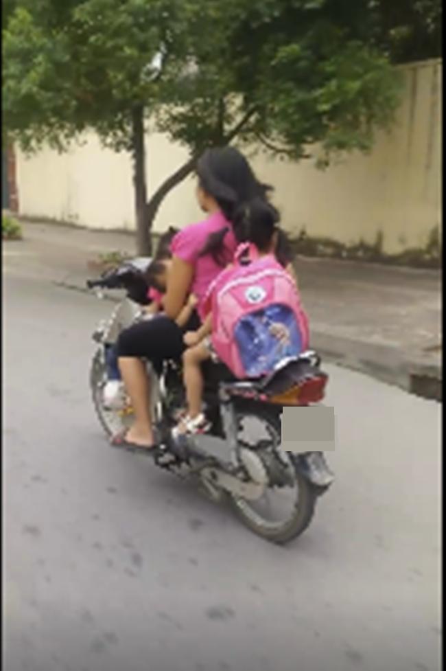 Clip: Người mẹ chạy xe máy bằng một tay, một tay bế con bú khiến người đi đường sợ hãi - Ảnh 1.