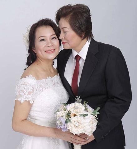 Cô dâu rạng ngời trong ngày cưới. Đám cưới đồng tính của 2 người phụ nữ U50 từng gây bão trên mạng xã hội.