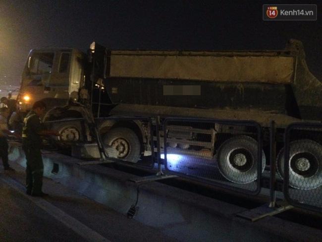 Hà Nội: Ô tô đối đầu xe máy đi ngược chiều trong hầm Trung Hòa, 3 thanh niên thương vong - Ảnh 5.