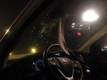Sắt ở cột đèn đâm xuyên kính ô tô