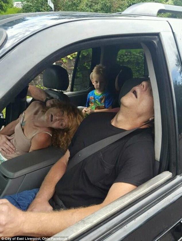 Mỹ: Con gái phát video trực tiếp cảnh bố mẹ đang phê thuốc tại nhà - Ảnh 3.