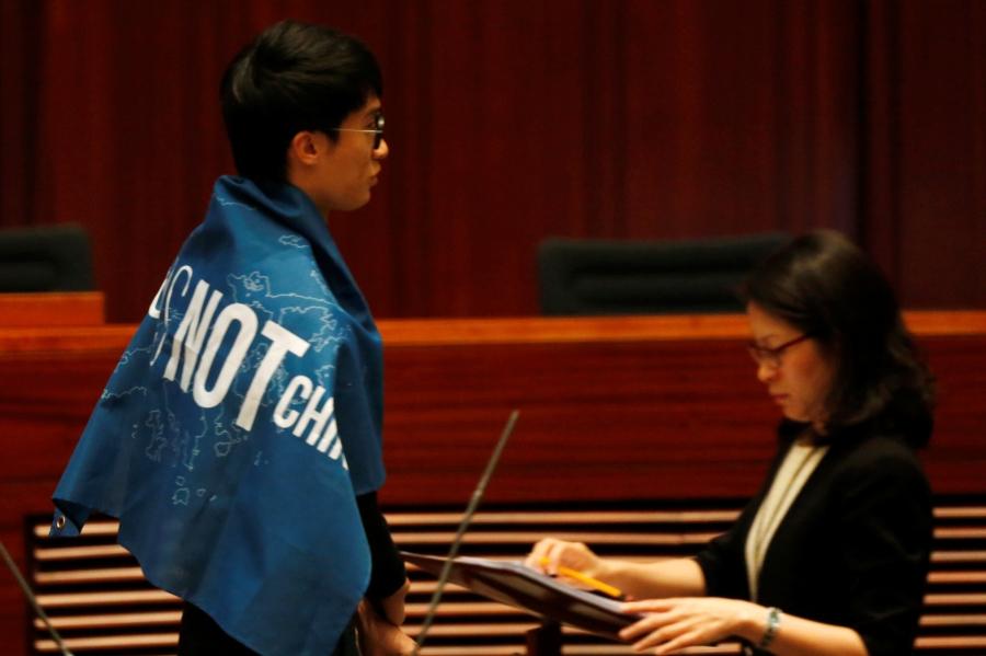 Nghị sĩ Hong Kong nổi giận, chửi Trung Quốc tại lễ tuyên thệ