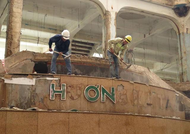 Và sáng nay (12/10), các công nhân bắt đầu tháo dỡ, đập bỏ kết cầu bên trong tòa nhà.