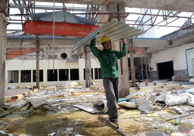 Các công nhân tháo dỡ phần mái. Đại diện chủ đầu tư cho biết, sẽ di dời những hạng mục cần được bảo tồn trong thời gian 3 tháng trước khi tòa nhà bị đập bỏ.