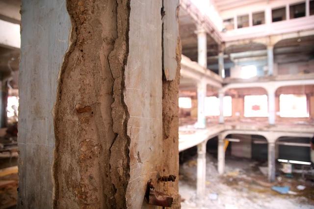 Các mảng tường, gạch của tòa nhà đã tồn tại gần 140 năm bắt đầu bong tróc. Nền nhà, cầu thang ngay lối vào trang trí hoa văn bằng gạch mosaic đã được tháo dỡ và sẽ được sửa chữa, phục hồi như vào thời điểm năm 1924.