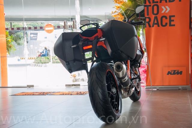 Ra mắt lần đầu tiên tại triển lãm EICMA 2015, KTM 1290 Super Duke GT gây chú ý với ngoại hình thiết kế khỏe khoắn tương tự như người anh 1290 Super Duke R.