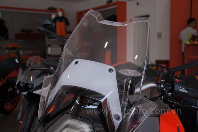 Ở phần đầu xe gây ấn tượng mạnh nhất là kính chắn gió cao, món đồ đặc trưng của những chiếc xe phượt.