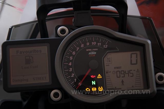 Mặc đồng hồ của KTM 1290 Super Duke GT thiết kế đẹp mắt và thể hiện khá nhiều thông số quan trọng của xe như thiết lập chế độ lái, các hệ thống theo xe và tất nhiên không thể thiếu những thông tin cơ bản như lượng xăng, quãng đường đi hay vòng tua máy của xe.