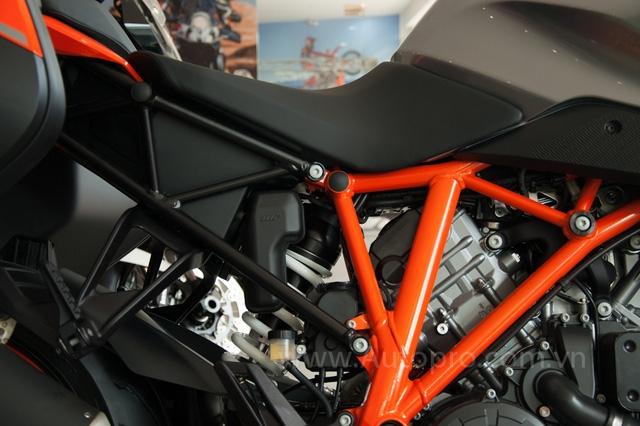 Khung xe của 1290 Super Duke GT vẫn là loại mắt cáo tương tự các đàn anh khác nhưng đây là mẫu mô tô đầu tiên của KTM đi kèm khung màu cam và khung phụ màu đen phối màu cùng nhau. Trong đó, khung phụ đằng sau dài và thấp hơn so với 1290 Super Duke R.