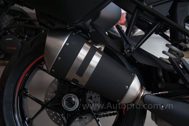 Khác với những mẫu xe trước đây của KTM, 1290 Super Duke GT đi kèm tấm chắn nhiệt cho ống xả màu đen.