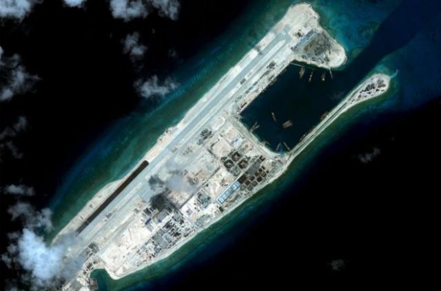 Trung Quốc ngang nhiên xây dựng nhiều công trình trên Đá Chữ thập thuộc quần đảo Trường Sa của Việt Nam. (Ảnh: Reuters)