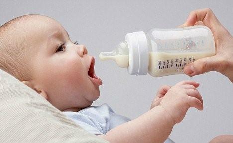 Bộ Y tế nhấn mạnh: Chúng ta không nên nhầm tưởng sữa thay thế sữa mẹ là tốt hơn sữa mẹ. Bởi bản chất của sữa thay thế sữa mẹ là sản phẩm công nghiệp được chế tạo từ sữa của con bò cùng với các hoá chất khác.