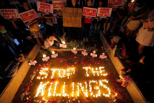 Các nhà hoạt động nhân quyền đốt nến tưởng niệm nạn nhân của các vụ giết người ngoại tụng tại Philippines (Ảnh: AP)