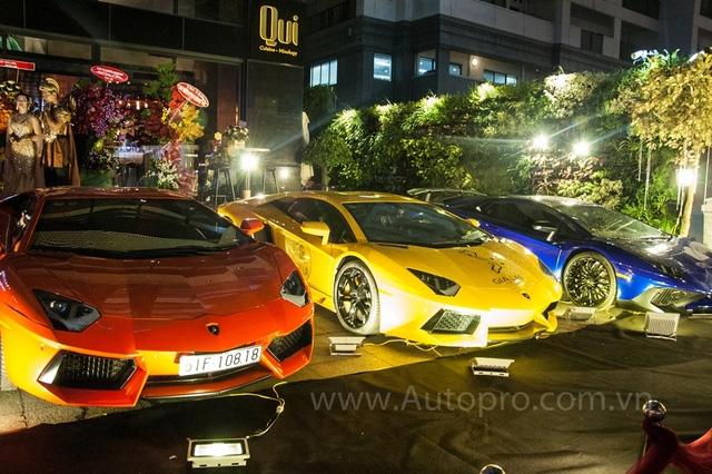 Bộ 3 Lamborghini Aventador với các màu sắc nổi bật như cam, vàng và xanh dương nhanh chóng thu hút nhiều sự chú ý của khách đến tham dự buổi tiệc cũng như nhiều người dân sống gần đó.