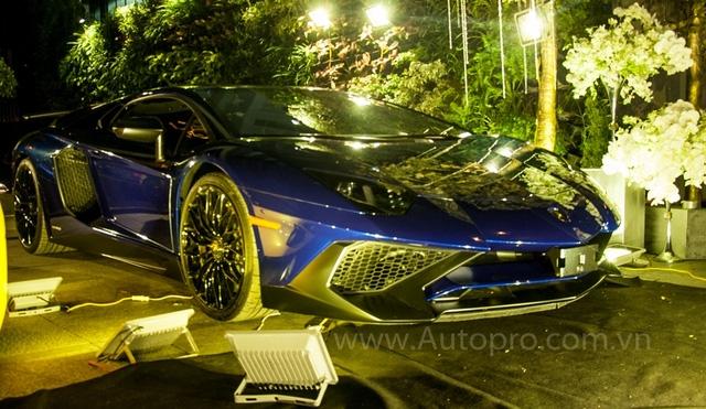 Khác với hai người anh còn lại vi vu trên phố, siêu xe Lamborghini Aventador LP750-4 SV thuộc sở hữu của đại gia Minh Nhựa đến địa điểm tổ chức bằng xe cứu hộ. Nguyên nhân được tiết lộ là siêu xe này vẫn chưa đăng ký biển số.