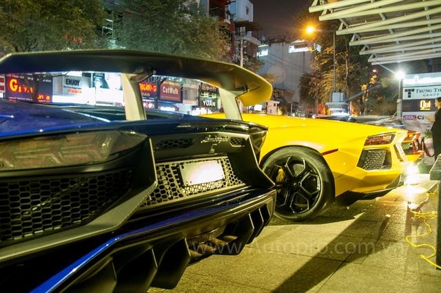 So với bản tiêu chuẩn, Lamborghini Aventador SV có bộ bodykit dữ dằn hơn, cánh gió sau cỡ lớn cố định và ký hiệu SV xuất hiện ở bên hông như dấu hiệu nhận biết. Chỉ có đúng 600 chiếc Aventador SV được sản xuất trên toàn thế giới, đi kèm mức giá 493.069 USD tại thị trường Mỹ.
