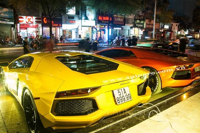 Lamborghini Aventador LP700-4 màu vàng và cam thường xuyên xuất hiện cùng nhau vào mỗi dịp cuối tuần và đến ngày vui trọng đại của Minh Nhựa hai đại gia này thay nhau thi triển màn nẹt pô khá phấn khích. Theo đại gia Trung Cao chủ nhân của chiếc Aventador màu cam, anh tính đem thêm chiếc Murcielago LP640 màu vàng đến trưng bày nhưng chủ nhân bữa tiệc lại nói khéo hết chỗ để sắp xếp xe.