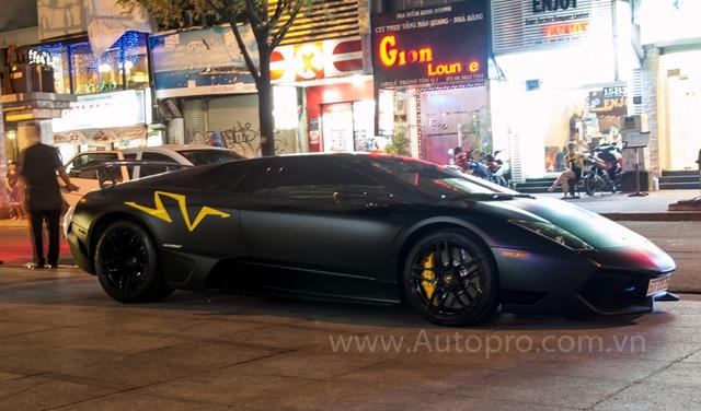 Lamborghini Murcielago LP670-4 SV là siêu phẩm từng đưa tên tuổi Minh Nhựa nổi đình đám trên các mặt báo. Siêu bò với bộ áo đen nhám từ lúc được đưa về nước vào cuối năm 2010 cho đến nay vẫn là hàng độc. Chỉ tiếc là sau 6 năm gắn bó, siêu xe này đã bị tay chơi 8X đưa ra công ty nhập khẩu tư nhân nằm chờ khách.