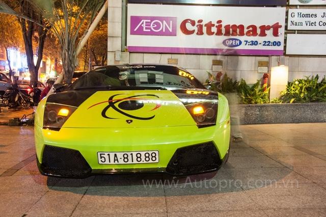Lamborghini Murcielago LP640 xanh cốm cũng là siêu xe từng xuất hiện trong garage của đại gia Minh Nhựa. Sau khi về tay một đại gia quận 7 siêu bò được trang trí thêm lớp đề-can khá lạ mắt.