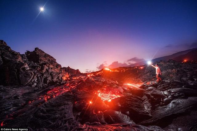 Để thực hiện những bức ảnh ấn tượng này, Mike Mezeul đã sử dụng phương pháp phơi sáng lâu. Mike Mezeul xuất hiện trong một bức ảnh của chính anh.