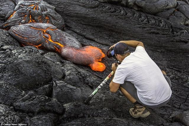 Nhiếp ảnh gia Mike Mezeul chụp cận cảnh một dòng nham thạch còn đang nóng bỏng.