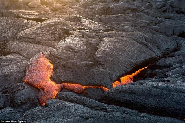 Nhiếp ảnh gia Mike Mezeul chia sẻ rằng không phải cứ tìm được góc chụp ưng ý là có thể đứng nguyên tại chỗ tác nghiệp lâu chừng nào tùy thích bởi nhiều khi nham thạch chảy tới, nếu không di chuyển kịp thời sẽ bị bỏng.
